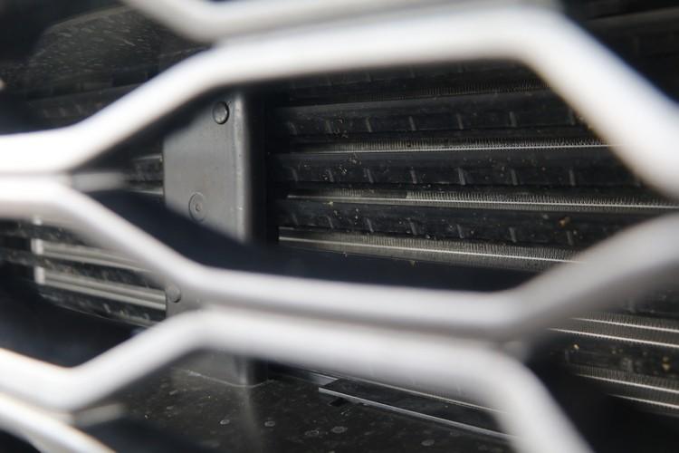 水箱護罩內部的可變進氣鰭片,會因應引擎溫度和風阻需求適時開啟或關閉。