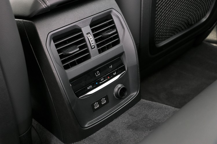 後座標準配備獨立恆溫冷氣出風口,下方還有兩個Type-C充電插孔。