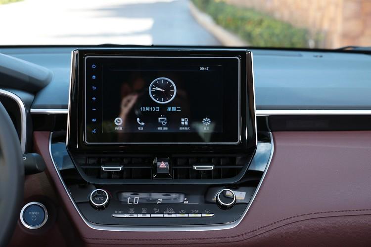 8吋的觸控螢幕一樣出自於車美仕,很多功能需另外選配。