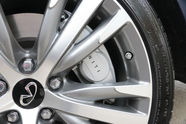 前面搭載四活塞卡鉗,碟盤尺寸為355mm,後面則是配置雙向單活塞卡鉗,碟盤尺寸350mm。
