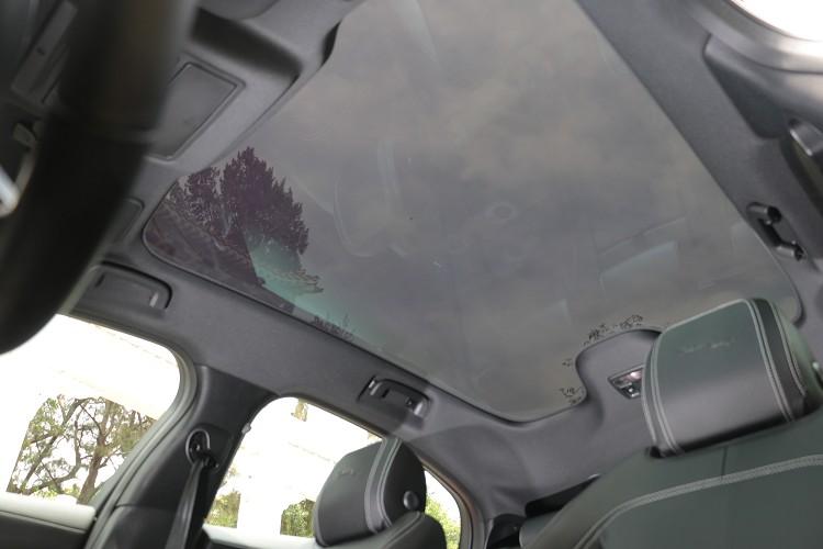 固定式全景天窗具備紫外線隔絕玻璃,所以無需遮陽板。