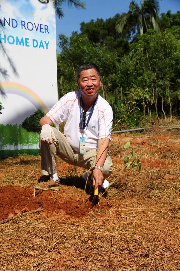 九和汽車總經理陳貽彬先生,帶領了每一位車主種下了200株樟樹的幼苗。