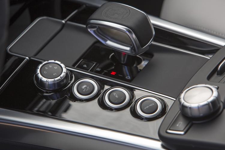 如同SLS AMG,線傳排檔桿、循跡關閉、換檔模式、AMG個人設定按鈕都在這,E63 AMG也有仿自F-1賽車的Launch Control起步加速系統,非常賽車取向,又保有大房車的舒適。