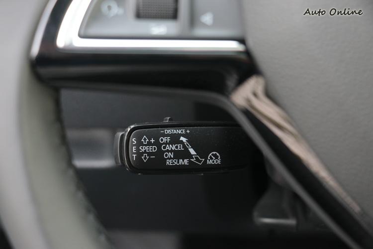 ACC自動跟車定速系統操作方法跟賓士的系統很像,控桿在方向盤的左後下方。