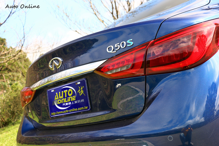 車尾升級全新設計的曳光式3D立體尾燈,更簡潔俐落的鍍鉻飾條。