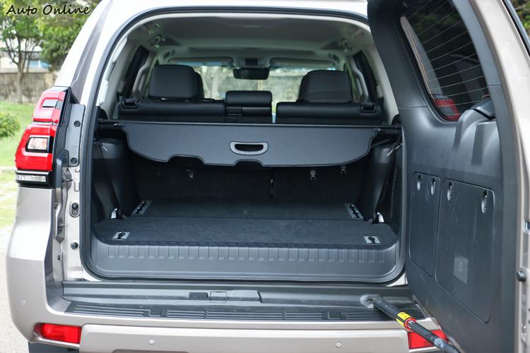 後車廂尾門是往右邊方向開啟,這與上掀式的有很大不同。