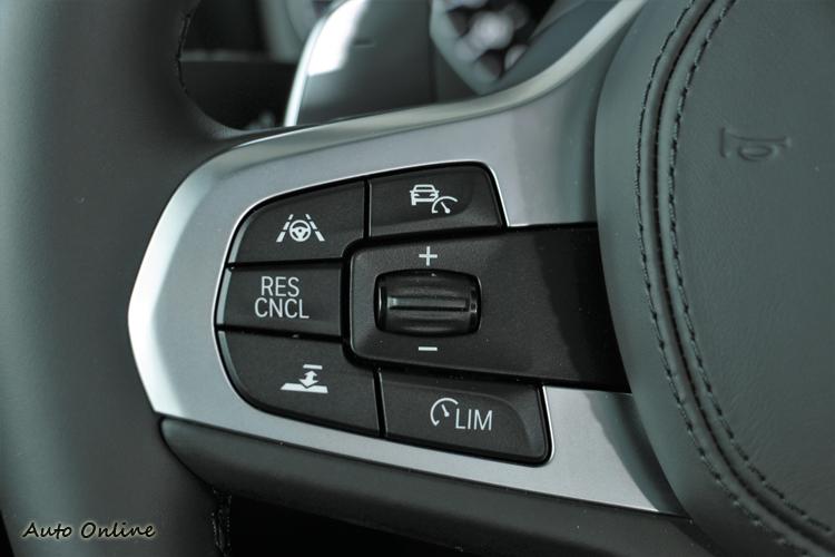 主動定速控制系統車距調整、主動車道維持輔助系統開關在方向盤左側。