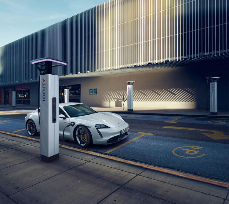針對台灣市場Porsche Taycan 產品規格支援Type 1 (美規)  AC 交流電充電,與CCS1 規格DC直流電快速充電,目前與全國超過1,000座公共交流電充電設施相容。