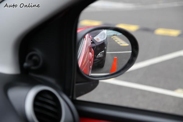 倒車時往往想要調整後視鏡角度,此時只能手動的107確實會有點麻煩。