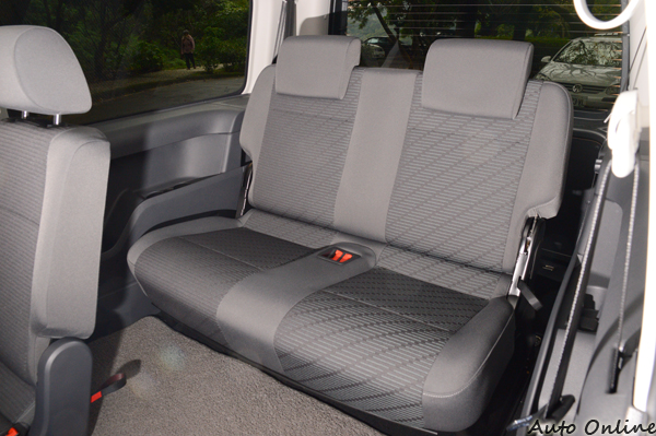 第三排座椅空間寬敞,就算坐進成人也不嫌擁擠。
