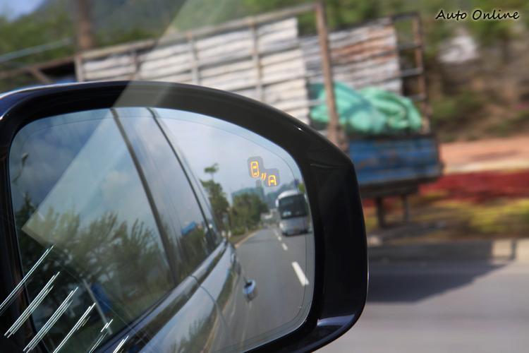 後視鏡設有車側盲點警示系統,可警告有後方來車避免碰撞事故。