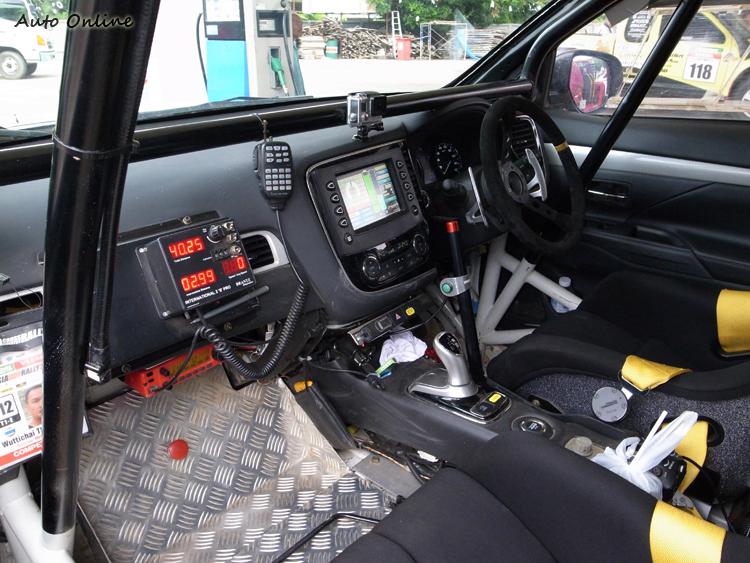 內裝全數拆空,並加裝比賽需要的安全部品與拉力電腦。