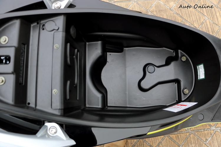 車廂維持一樣的空間表現,可放下一頂四分之三安全帽以及一組雨具。