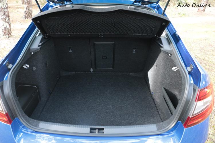 平整且寬敞的行李箱空間,即使是房車版就有驚人的590公升容積,而且還有置物網、可拆卸照明等巧思。