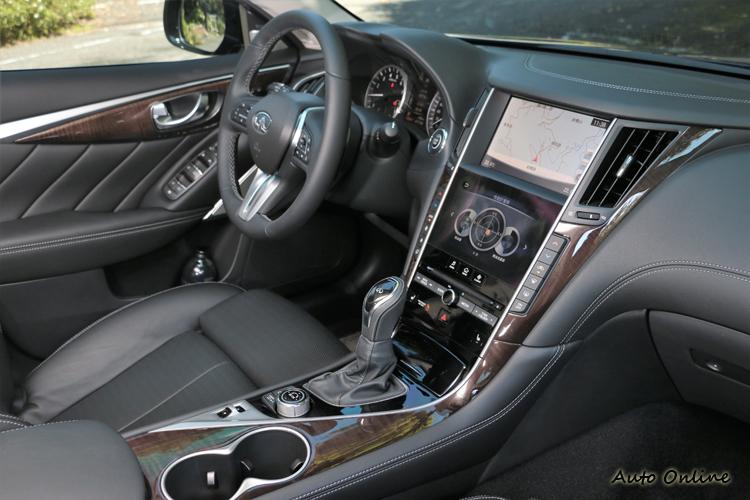 換上與Q60相同造型的方向盤與排檔桿,中控台為雙螢幕設計。