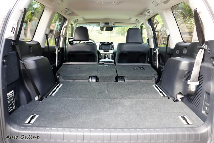 第三排與第二排座椅傾倒後,能得到平整、寬敞的置物空間。