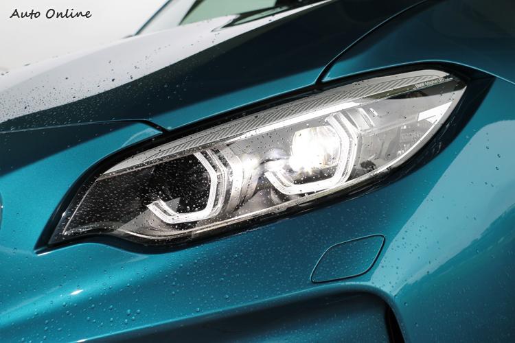 標準配備全新LED主動式轉向頭燈,搭配六角形設計的日行燈導光條。
