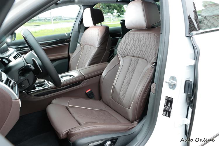 我相信短軸版本的自駕機會比其坐在後座時間還高,前座除了舒服也有些微的包覆感。