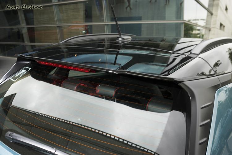 黑色車頂與大型車頂尾翼帶出雙色Fun car風。