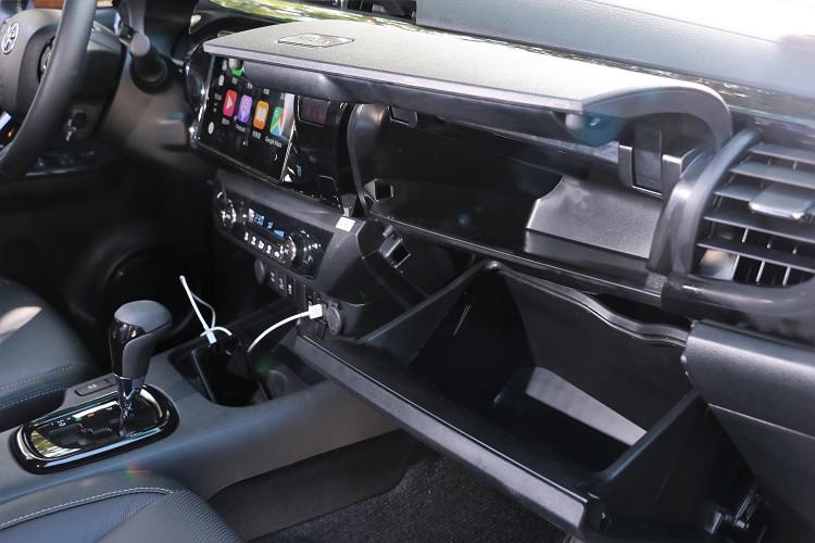 前乘客座置物盒分為上下兩層,上層附空調保冷功能,下層則為一般手套置物箱。