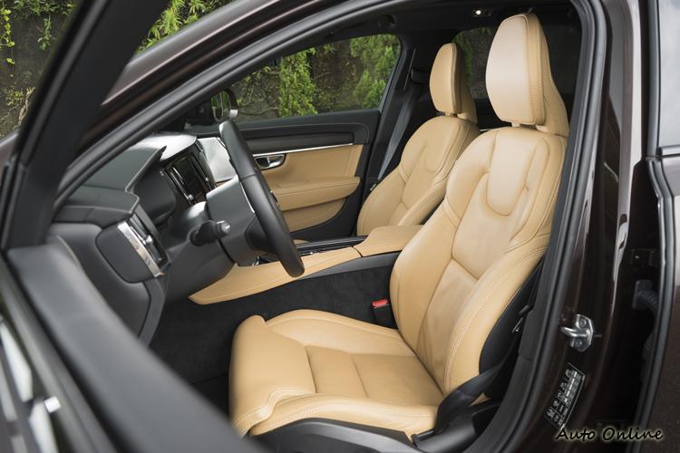 Nappa透氣真皮座椅,雙前座具冷熱通風與電熱功能。