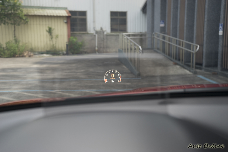 手動換檔模式下抬頭顯示幕會顯示儀錶畫面。