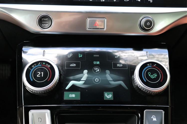 五吋的螢幕可控制冷氣與影音系統。