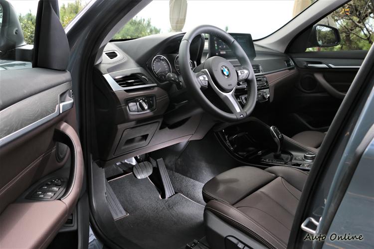 標準配備M款跑車方向盤,咖啡色內裝顏色帶來很不一樣的視覺美感。