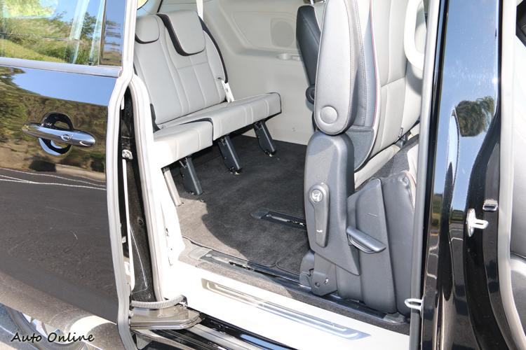 第二排座椅向前傾倒,方便第三排乘客上下車。