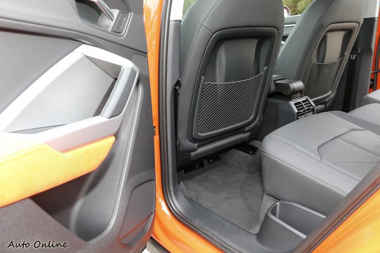 受益於軸距的放大,新一代Q3享有更為寬敞舒適的乘坐空間。