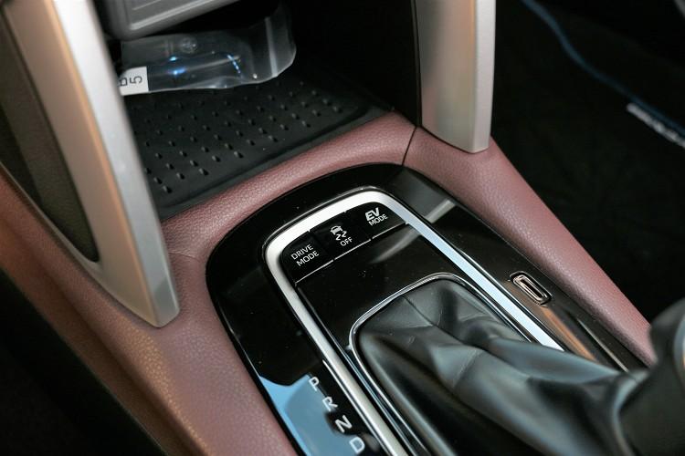 排檔桿前方有行車模式切換按鈕,另外也有EV功能。