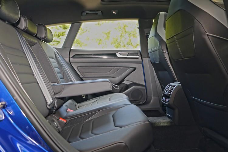 Arteon作為品牌的旗艦,不僅空間寬敞,配備也相當高檔,包括後座椅加熱功能在次入門的車型上就已經是標配。