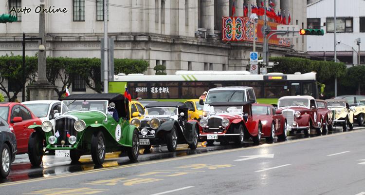 出發前,車隊開往總統府前廣場集合,搶眼的外觀立刻吸引民眾圍觀。