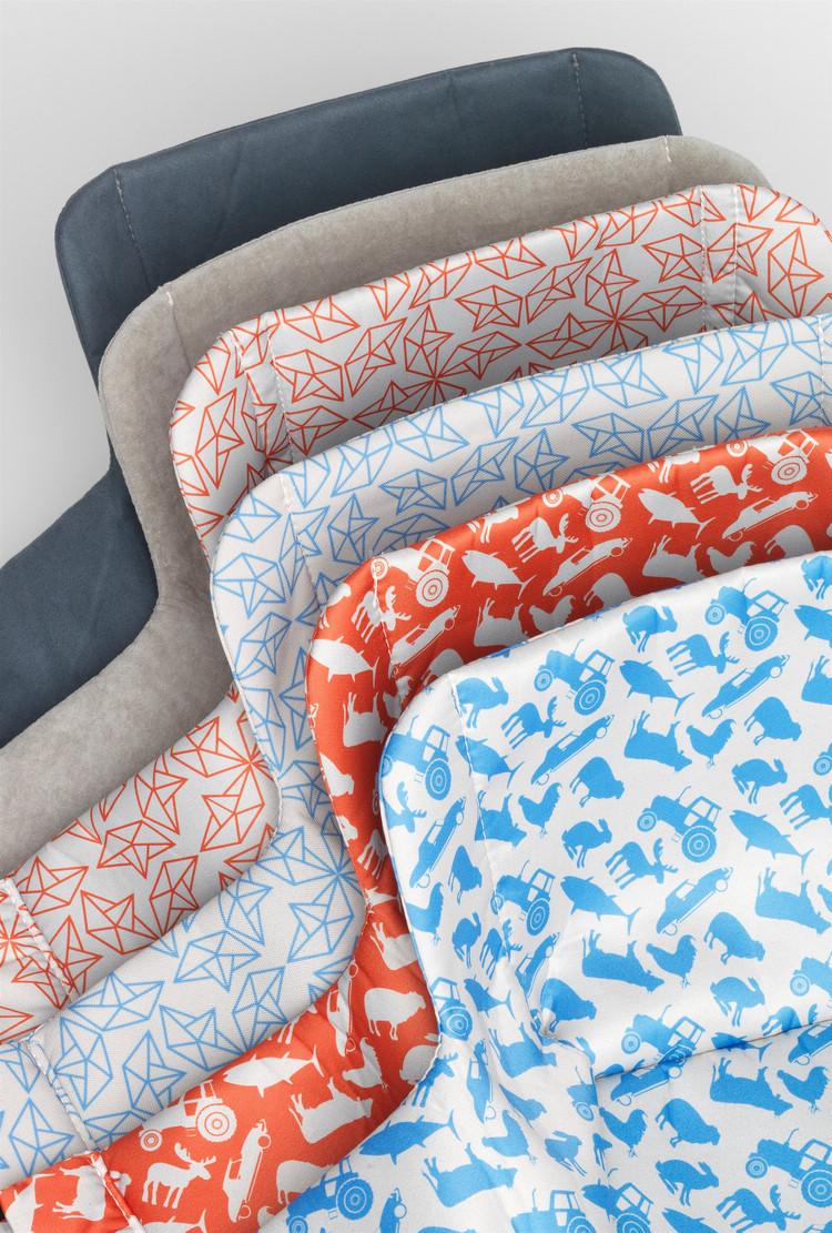 充氣式兒童座椅提供多種花色的布料選擇,用來搭配繽紛的車室內裝。