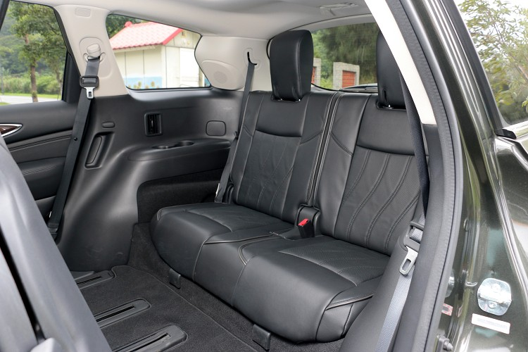 第三排座椅空間寬裕,非常適合三代同堂家族消費者使用。