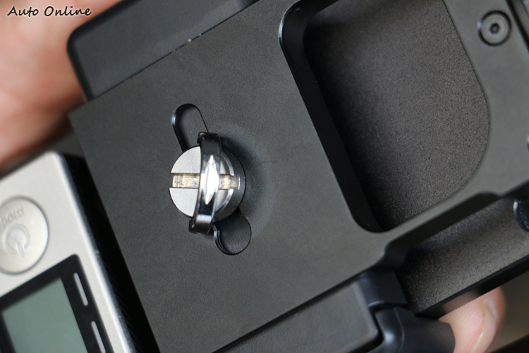 Z1-SMOOTH系列的手機夾具可做上下的調整。
