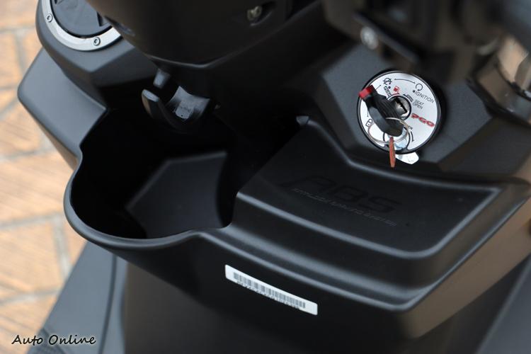 前置物空間受到ABS模組壓縮,但是仍然放的下一杯手搖杯飲料或是寶特瓶。