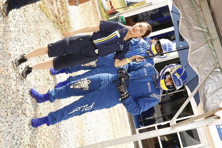 米其林為大家準備了整套的賽車裝備,包含安全帽、賽車服、賽車手套與賽車鞋。