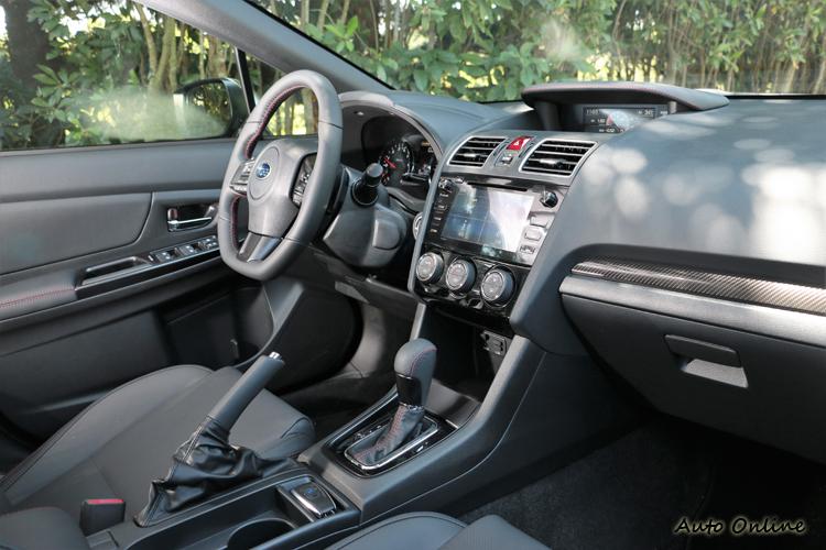 進到車內,內裝部分設計有家族的特色,與現行其他Subaru有很多雷同處。