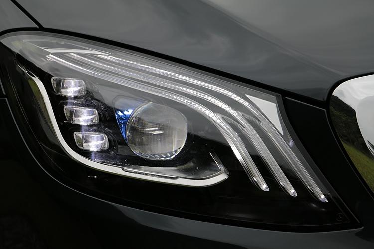 多光束智慧型 LED 頭燈,內建可達650m的超長距遠燈技術,以及三道式 LED 日行燈的設計。