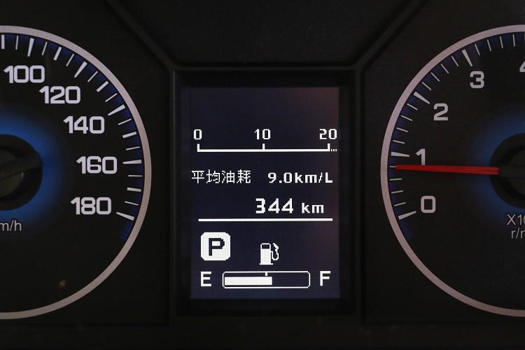 傳統雙圓儀表板中間有簡易的中央資訊幕,提供基本的車輛訊息。