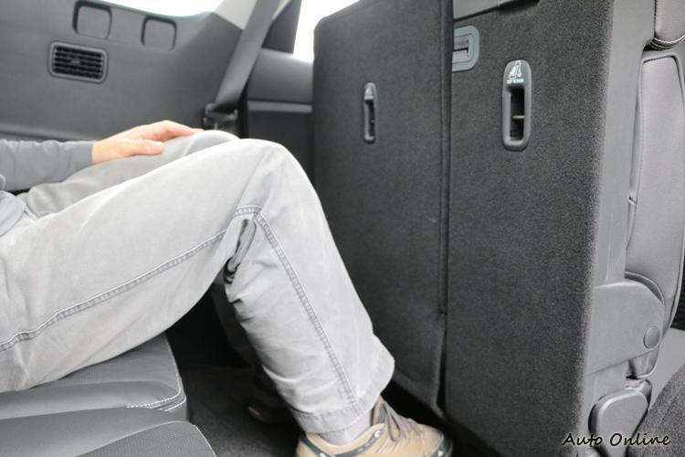第三排腿部空間雖然充裕,但是乘坐時雙腿必須弓屈,還是會影響乘坐舒適性。