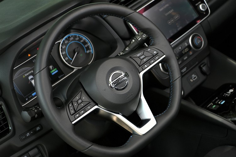 方向盤造型運動感十足,很有自家跑車的味道。