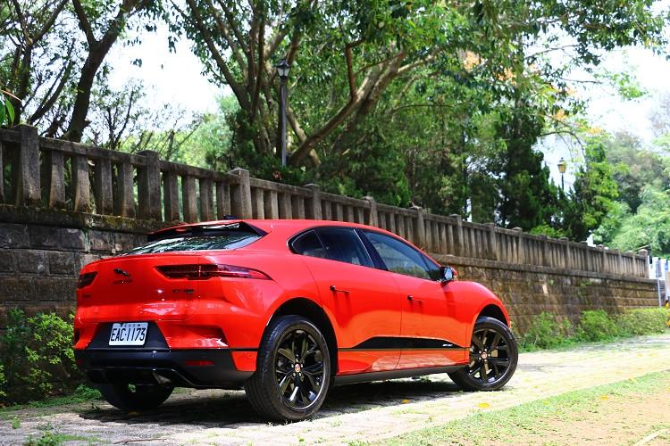 英國品牌Jaguar致力於電動車開發,並且積極參與Formula E,藉由賽事經驗與技術反饋到市售車上。