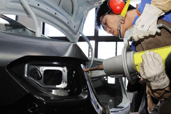 針對不同的材質,原廠也準備了不同的電子點焊裝備,重新接合後的車輛結構必須按照原廠規定的焊點才可進行烤漆。