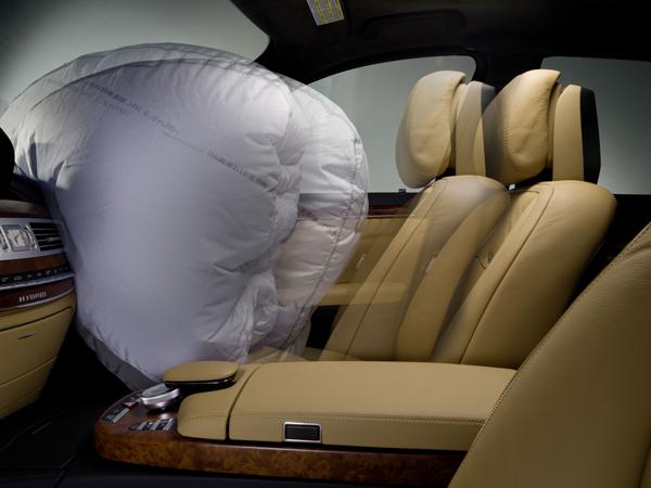 當氣囊爆開前,座椅會自動先移動至適當位置,讓氣囊發揮最大保護效果。