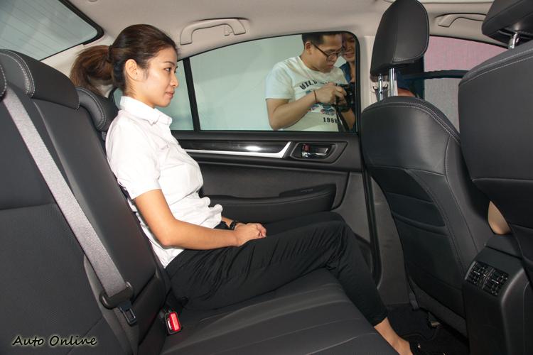 車身尺碼夠,內裝造型設計上又經刻意考量,讓後座擁有寬敞的乘坐空間。