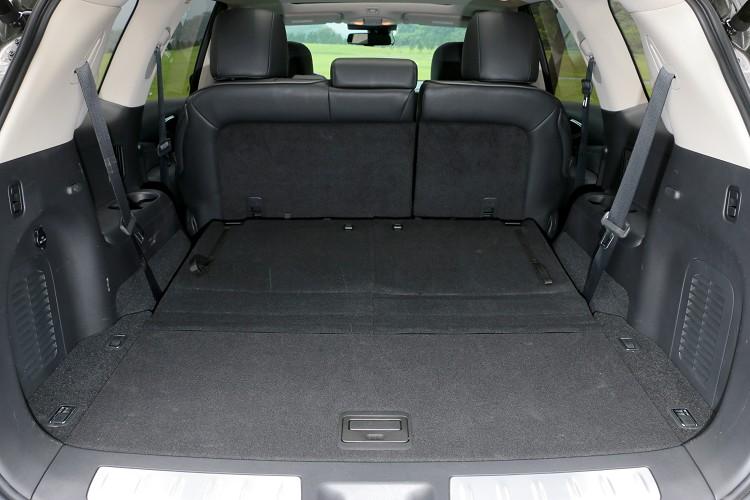 第三排座椅收納在車尾底板,需要用到的時候再拉出。