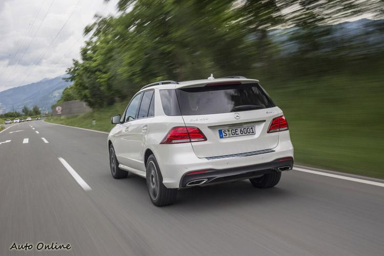 標準版GLE車體結構沒有改變,LED燈條尾燈組以及後保桿下方的鍍鉻飾板與雙出排氣管,提升不少質感。