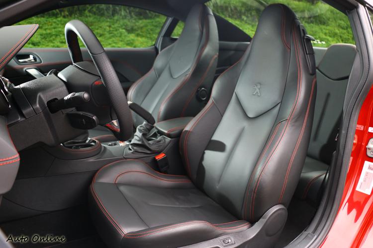 RCZ R座椅包覆性好,有跑車該有的水準。